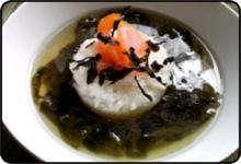 Zupa z zielonej herbaty, wakame...